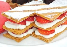 Listing strawberry cake